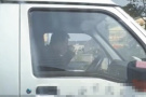 温州一司机开车双手离方向盘 竟是为端着碗吃炒粉干