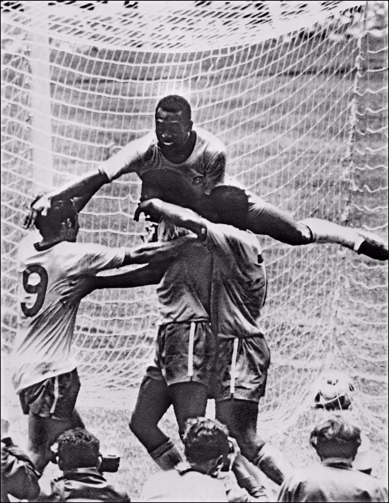 """贝利1940年出生在巴西一个贫寒家庭,被国际足联授予""""球王""""称号。贝利曾四次代表巴西出战世界杯,三次夺得冠军,为祖国永久保留了国际足联金杯。\\\\r\\\\n图为1970年6月21日,巴西队前锋贝利(上)在墨西哥举行的第九届世界杯决赛对阵意大利队的比赛中与队友庆祝进球。"""