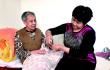 青岛:六旬儿媳照料瘫痪婆婆九年 敬老孝亲感动邻里