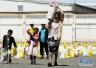 也门政府员工领取配额食品