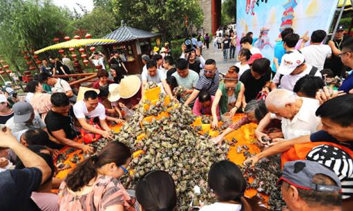 """2万枚粽子拼""""父爱如山"""" 被数千游客一扫而光"""