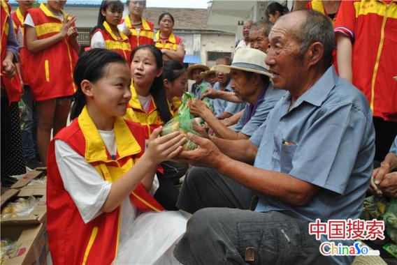 扫地洗脚包粽子…河南太康50名学生敬老院陪老人过端午