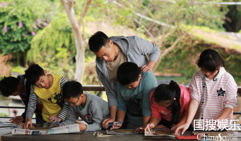 杨祐宁帮助男生团画大象