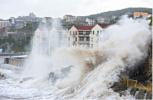 浙江一加油站每年被海浪淹没数十次 14年屹立不倒