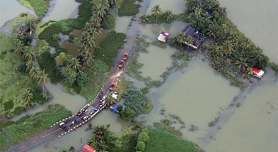 """航拍印度百年一遇洪灾:公路被淹变水下""""隧道"""""""