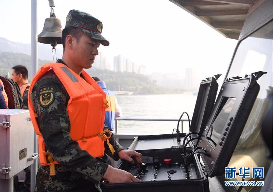 10月28日,武警重庆市总队船艇支队队员在操作水下机器人系统进行搜救。新华社记者 王全超 摄
