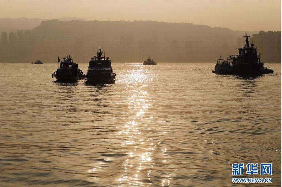 这是10月28日拍摄的重庆万州公交车坠江事故搜救现场。新华社记者 王全超 摄