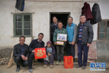 扶貧團隊帶來特別年禮  外出務工家庭喜獲全家福