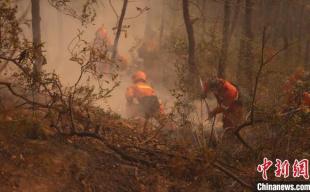 西昌经久乡森林火灾现场仍有多处余火烟点 3600余人全力扑救