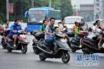 记者街头观察:骑摩托车、电动车不戴头盔仍较普遍
