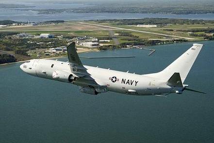 美国飞机迫降落在河里