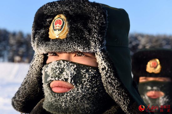 武警边防官兵在零下30℃的极寒天气中对界江一线进行徒步巡查。