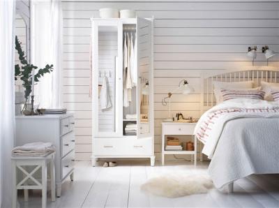 横条的白色木板墙面与简约的欧式床造型