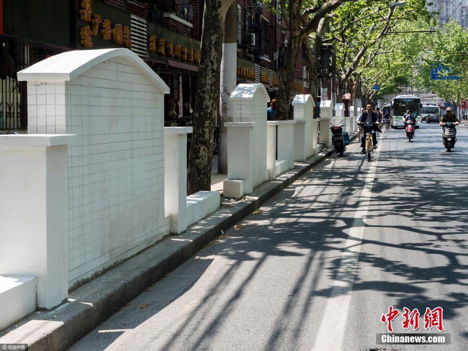 上海一处景观墙形似墓碑