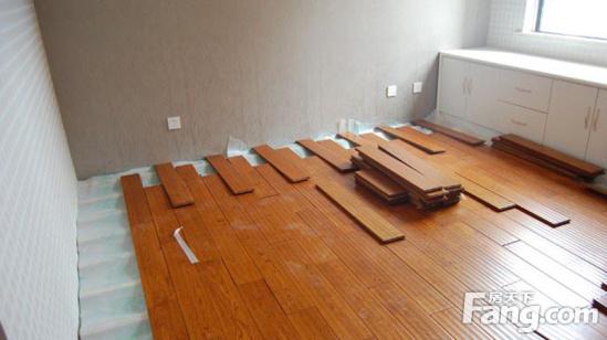 适合悬浮式铺设方法的地板一般为强化木地板和实木