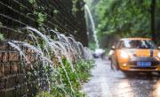 """南京遭遇暴雨袭击 明城墙再现""""龙吐水""""景观"""