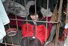女子被关铁笼10年