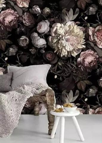 暗色系的鲜花背景墙,好像上个世纪欧洲的一些油画中的作品,盛开的鲜花与竹编的藤椅,整个人在其中,有一种融入自然的感觉。