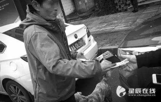 暗访长沙步行街黑停车场:社会闲散人员冒充收