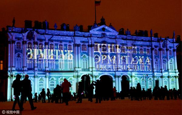 圣彼得堡冬宫上演3D投影秀 光影变化美轮美奂