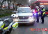 济南:开车打电话被拦截 驾驶员两次闯卡逃逸