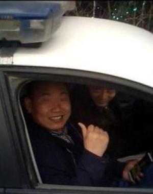 男子开警车到驻马店景区 让景区搞门票