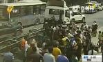 菏泽小伙被卷入8吨重货车车底 20位路人合力抬车救人