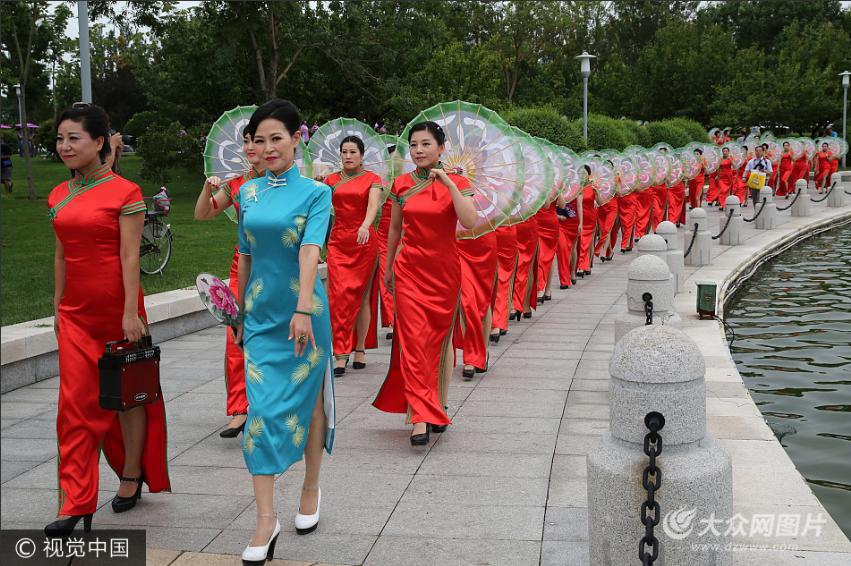 东营:500余人穿旗袍走秀引围观