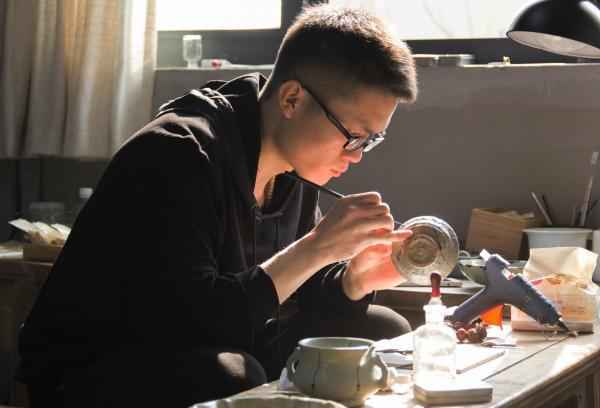 杨磊正在修复器物2-沈孜越 摄.JPG