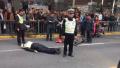 上海一女子机动车道上骑电瓶车 强行逃离致交警倒地受伤
