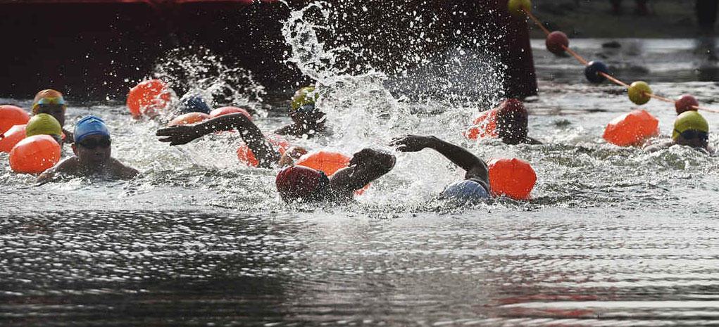 山东滨州:冬泳比赛迎新年