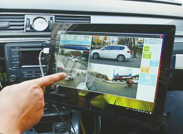 副驾驶旁有无线上网的平板电脑。记者王汗冰 摄