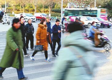全天北京赛车PK10计划:济南一天抓拍437起加塞:车辆礼让 行人也要律己
