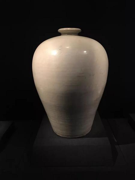 梅瓶,是一种小口、短颈、丰肩、瘦底、圈足的瓶式,以口小只能插梅枝而得名。梅瓶的美,在中国瓷器史上,持续了1000多年。目前较为统一的观点,梅瓶诞生在唐朝。唐朝以胖为美,这一点也体现在梅瓶上,相较后世的梅瓶器形特点,唐朝的梅瓶似乎显得更为丰满。唐-白釉梅瓶-故宫博物院藏