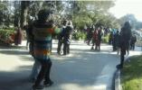 上百人在烈士陵园跳广场舞唱歌 上海民政局回应
