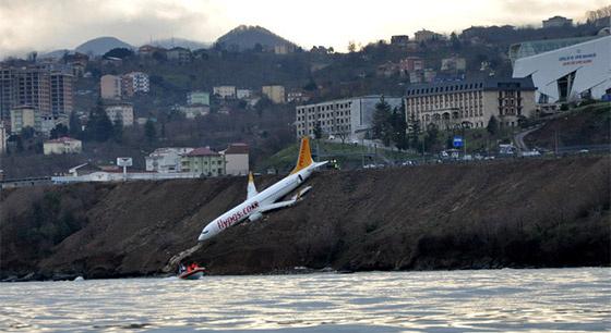 土耳其一飞机降落时冲出跑道 悬挂峭壁太惊险!