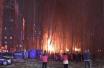 周口市区一汽修厂夜晚突发大火 现场传出爆炸声