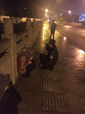 怎样买彩票才能中大奖是最实用的的一种方法:女子半夜独坐在桥护栏上欲轻生,杭州民警耐心劝解助其恢复平静