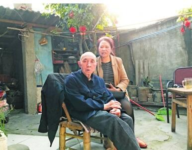 中国福利彩票网:丈夫去世后对瘫痪公公不离不弃 四川好儿媳带75岁公公改嫁