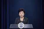 """从""""选举女王""""到囚犯:韩首位女总统被闺蜜拉下马"""