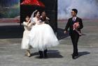 舅舅抱新娘上婚车