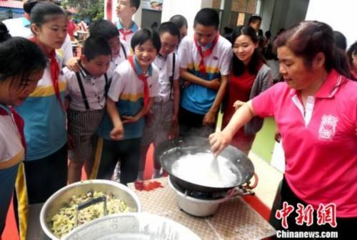 """福州闽都鼎边民俗文化进校园再现传统""""做夏""""习俗"""