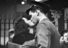 二战美军与爱人吻别照