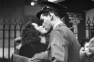 二战美军与爱人吻别组照