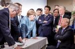 特朗普被曝G7峰会上向默克尔扔糖:别说我什么都没给你