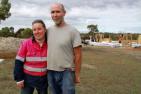 澳洲夫妻用泥土装袋建土包房