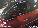 轿车凌晨停红绿灯路口 民警喊半小时才叫醒司机