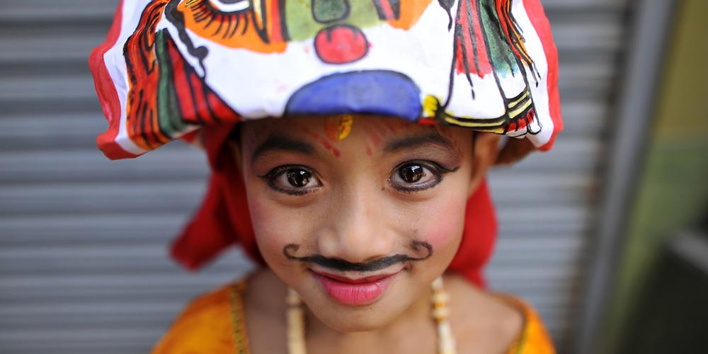 加德满都街头表演者各种方式庆祝尼泊尔牛节