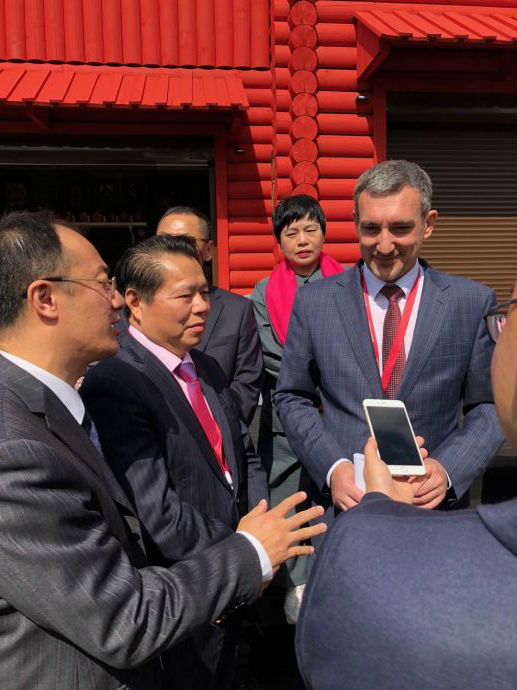 月星集团有限公司董事局主席丁佐宏与州长在俄罗斯阿穆尔馆门前交流看法