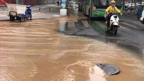 郑州工人路汝河路口涌水路面塌方 请绕行